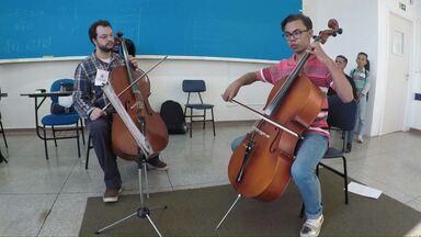 Até sábado tem festival de música em Cascavel - Além das apresentações, estudantes de música estão trocando experiências nas oficinas.