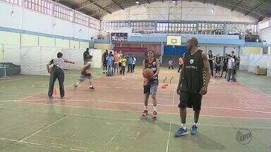 Projeto reúne crianças e adolescentes com jogadores de basquete de Araraquara - Projeto Sonhando Alto atende escolas públicas e privadas.