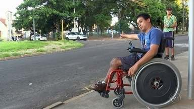 Falta de acessibilidade prejudica pessoas com deficiência em Bauru - Pessoas com mobilidade reduzida e deficientes físicos enfrentam diversos problemas de mobilidade em Bauru. Além das calçadas íngremes e sem rampas de acessos, a falta de acessibilidade é encontrada até no transporte coletivo.