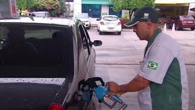 Variação de preços da gasolina leva consumidores a pesquisarem antes de abastecer - Diferença nos valores repassados pelos postos é grande, segundo motoristas.