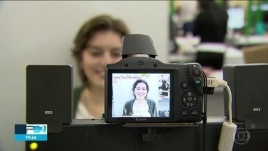 """SP2 responde se pode ou não pode sorrir na hora de tirar foto para documentos - Uma discussão está movimentando as redes sociais: afinal, pode ou não pode sorrir na hora de tirar foto pros documentos? Veja a resposta para esse """"mito ou verdade"""" na reportagem da Renata Ribeiro."""