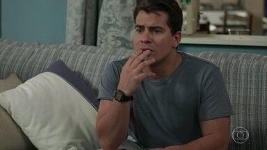 Júlio assiste à entrevista de Siqueira - O delegado revela que Antônia recebeu uma ameaça. Antônia desabafa com Domênico