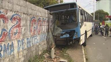 Acidente com ônibus deixa 12 pessoas feridas em Manaus - Colisão ocorreu na manhã desta quinta-feira (13).