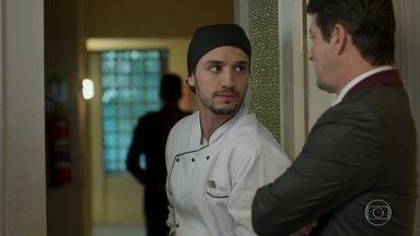 Xavier conta a Malagueta que viu Luíza vestida como arrumadeira - Sandra Helena mostra um vestido para Cíntia