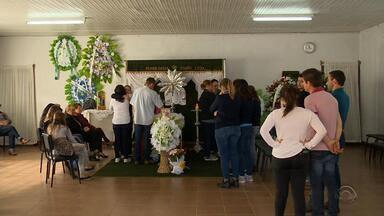 Corpos de mortos em acidente são sepultados no Norte do RS - Cinco pessoas morreram no acidente no km 168 da rodovia, em Lagoa dos Três Cantos.