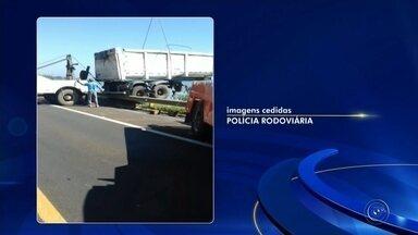 Caminhão bitrem que caiu em represa de Avaré após acidente com cinco mortes é retirado - O caminhão bitrem, que caiu na represa Jurumirim após se envolver em um acidente com cinco mortes na rodovia João Mellão (SP-255), em Avaré (SP), foi retirado nesta quinta-feira (13) após uma operação que contou com policiais rodoviários e funcionários da concessionária responsável pelo trecho.