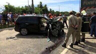 Acidente entre carro e carreta no Eusébio resulta em duas pessoas mortas e uma ferida - O carro bateu na traseira de uma carreta bitrem que estava parada no acostamento.