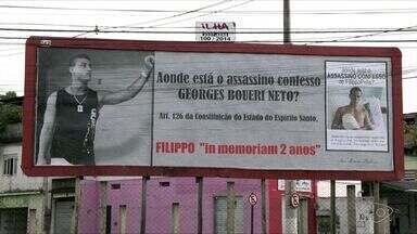Pai de jovem assassinado na Praia da Costa usa outdoor para protestar no ES - O jovem Filippo Pelis foi assassinado com nove tiros em 10 de julho de 2015. Acusado chegou a confessar o crime e ser preso, mas fugiu quando estava em um hospital.