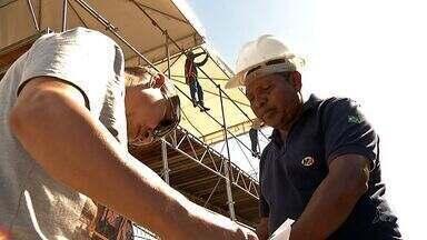 Fortal traz oportunidade de emprego a mais de 40 mil pessoas - Montagem da estrutura dura mais de três meses e garante renda a trabalhadores em diversos serviços.