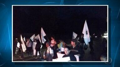 Atingidos pelo rompimento da barragem de Fundão fazem protesto em estrada de Mariana - O ato foi na madrugada nesta sexta-feira. Cerca de 100 pessoas protestaram contra a mineradora Samarco, cujas donas são a Vale a BHP.
