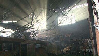 Incêndio destrói supermercado em Uvaranas, bairro de Ponta Grossa - Ninguém se feriu.