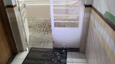 Escola municipal na zona norte de Maringá é alvo de bandidos - Mangueira do extintor foi usada para quebrar vidros da porta