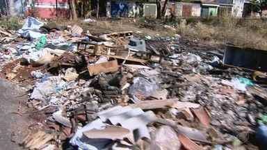 Entulho e lixo incomodam moradores na Rua Tapajós em Ribeirão Preto, SP - Prefeitura vai notificar proprietário de terreno no cruzamento com a Rua São Francisco.