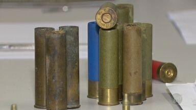 Polícia Civil apreende armas durante operação contra tráfico de drogas em Vinhedo - Cerca de 10 armas de diversos calibres, além de munições e pólvora foram encontradas em uma chácara na cidade. Até a publicação ninguém foi preso.