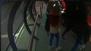 Suspeito de matar adolescente dentro de ônibus se entrega à Polícia - Caso aconteceu em Curitiba. De acordo com o suspeito, o crime foi resultado de uma tentativa de se proteger.