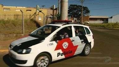 Polícia identifica morador que jogou pedras em policiais em Batatais, SP - Menor de 16 anos supostamente envolvido na confusão foi detido em seguida por tráfico de drogas. Major diz que disparo com bala de borracha é procedimento comum nesse tipo de situação.