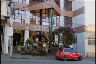 Prefeitura de Divinópolis mantém horário de funcionamento reduzido - A Prefeitura de Divinópolis decidiu manter o horário de funcionamento reduzido pra continuar fazendo economia. Mesmo assim ainda tem gente que não sabe da mudança.