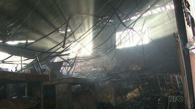 Mercado fica completamente destruído após incêndio nesta sexta (14) em Ponta Grossa - Situação foi na Vila Marina, região de Uvaranas.