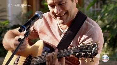 Daniel canta 'O Menino da Porteira' - Cantor se apresenta para os convidados do 'É de Casa'