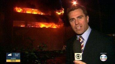 Equipe de reportagem relembra cobertura do acidente com avião da TAM - Acidente da TAM que deixou 199 vítimas completa dez anos. A primeira equipe da TV Globo, que chegou ao local, conta como foi a cobertura do acidente. Entenda o que mudou nas normas de segurança após a tragédia.