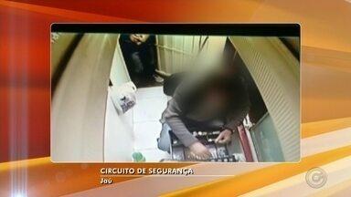 Dupla rende funcionário e rouba pizzaria em Jaú; veja vídeo - Em jaú, uma pizzaria foi assaltada. Segundo a polícia, dois homens, um deles armado invadiu o caixa e ameaçou o funcionário. O criminoso levou R$ 1,5 mil e um celular. Depois do assalto, a dupla fugiu à pé. Os homens ainda não foram encontrados. A pizzaria trabalha só com o sistema de entregas, por isso não tinha nenhum cliente no momento do crime. O funcionário não ficou ferido.