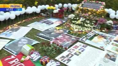 Familiares e amigos se reúnem para homenagens a vítimas do acidente com voo da TAM - Maior tragédia aérea do país completa 10 anos na segunda-feira (17).