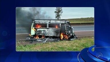 Ocupantes sofrem queimaduras após veículo pegar fogo em movimento na rodovia - Uma pessoa sofreu queimaduras pelo corpo e outras três tiveram ferimentos leves depois que um veículo pegou fogo na Rodovia Orlando Quagliato em Santa Cruz do Rio Pardo.