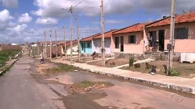 Moradores do Vale do Perucaba, em Arapiraca, cobram infraestrutura em casas - Segundo comunidade local, casas foram entregues há menos de um ano e já apresentam problemas.
