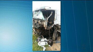Duas carretas batem de frente em rodovia entre as cidade de Alagoa Grande e Juarez Távora - Um carro da Polícia Militar, que vinha logo atrás, foi atingido por peças que se soltaram das carretas.
