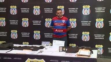 Suspeitos de oferecer falsos empregos é preso em Manaus - Ele foi preso com farda de agente prisional e algemas