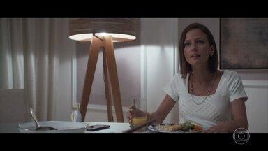 Andrea se incomoda com interesse de Henrique por novela de Michele - Advogado afirma que seu interesse é puramente profissional
