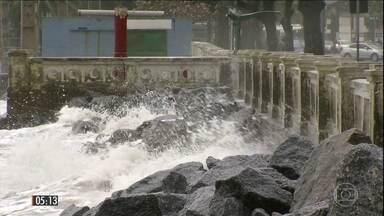 Ressaca provoca o fechamento do Porto de Santos (SP) - As ondas também invadiram a faixa de areia, o que causou a interdição de um trecho da avenida da praia.