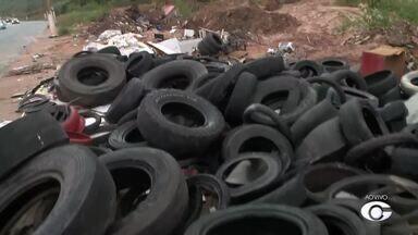 Lixo no canteiro da Pierre Chalita preocupa motoristas - Há muitos pneus no local.