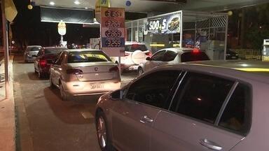 Motoristas fazem fila em postos de gasolina com a baixa do preço do combustível - O preço da gasolina está caindo e já pode ser sentido nas bombas. Motoristas fazem fila nos postos para abastecer.