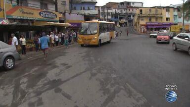Moradores reclamam de ônibus que param fora do ponto no bairro do Cabula, em Salvador - Segundo os moradores, às vezes é necessário correr e passar por meio dos carros para conseguir pegar o ônibus. Confira na reportagem.