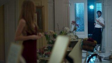 Ulla troca olhares com Xavier - A norueguesa se despede de Eric e Luíza e afirma que o pai tem interesse em investir no Carioca Palace