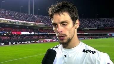Rodrigo Caio comemora vitória e bola que salvou no final da partida contra o Vasco - Rodrigo Caio comemora vitória e bola que salvou no final da partida contra o Vasco.
