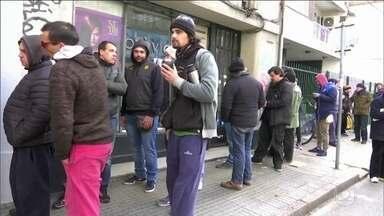 Uruguaios fazem fila nas farmácias para comprar maconha - Uruguai se tornou o primeiro país da América Latina a vender a substância legalmente para uso recreativo.