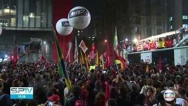 Manifestantes ocupam a Avenida Paulista nos dois sentidos - O protesto, organizado pela Central Única dos Trabalhadores, é pela saída do presidente Michel Temer, pelas Diretas Já e em defesa do ex-presidente Lula.