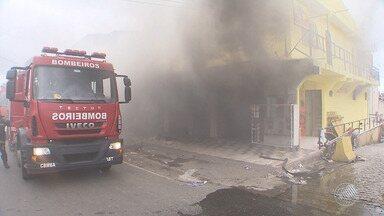 Incêndio atinge loja no bairro de Cajazeiras, em Salvador; comerciantes lamentam as perdas - Apesar do susto, ninguém se feriu.