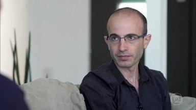 """Yuval Noah Harari fala sobre o perigo de se separar o capitalismo do humanismo - Historiador explica que """"Sapiens - Uma Breve História da Humanidade"""" surgiu de uma iniciativa pessoal"""