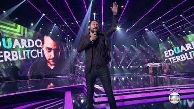 """Eduardo Sterblitch canta """"Adoro Amar Você"""" de Daniel e anima o público - Confira!"""