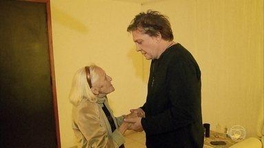 Fábio Jr. faz surpresa e encontra fã de 90 anos durante show em Brasília - Dona Loló é apaixonada pelo cantor há quase 40 anos. Com quarto cheio de fotos do cantor, quase não sobra espaço para fotos do falecido marido.