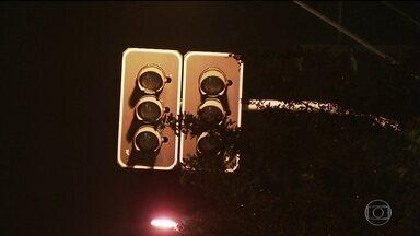 Apagão em sinais luminosos dá nó no trânsito de São Paulo - Semáforos quebrados complicam a vida dos motoristas na cidade que tem a maior frota de carros do país.