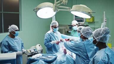 Episódio 3 - Uma mãe reluta em autorizar o desligamento dos aparelhos do filho, que teve morte cerebral. Dr. Charles investiga origem de paciente estrangeira.