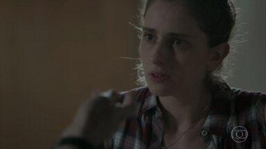 Ivana não gosta de surpresa de Cláudio - O rapaz presenteia a namorada com roupa sensual