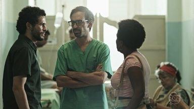 Evandro revela para ex-marido de paciente que ela está grávida - Dona Rita, mãe de Elaine, confirma a gravidez da filha para o ex-genro. Evandro e Carolina tentam salvar a vida da mãe e do bebê