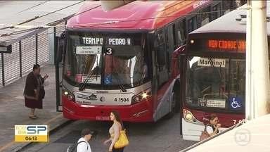 Prefeitura vai cortar R$ 132 milhões de investimentos em corredores e terminais de ônibus - O dinheiro vai ser usado para cobrir as contas do subsídio às empresas. O rombo do sistema de transporte vem crescendo a cada ano e ficou ainda maior por causa do congelamento da tarifa de ônibus.