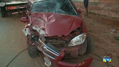 Carro se choca com poste na MA 201 e deixa feridos - Acidente aconteceu na madrugada desta sexta-feira e causou transtornos ao trânsito na região