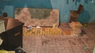 Polícia Militar apreende 80 kg de drogas e pasta base em casa de Itapira - Policiais chegaram até o local após denúncia anônima.